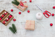 Wrapping Christmas presents - JUNF01166
