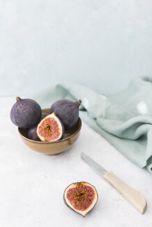 Sliced and whole fresh figs, kitchen knife and cloth - JUNF01218
