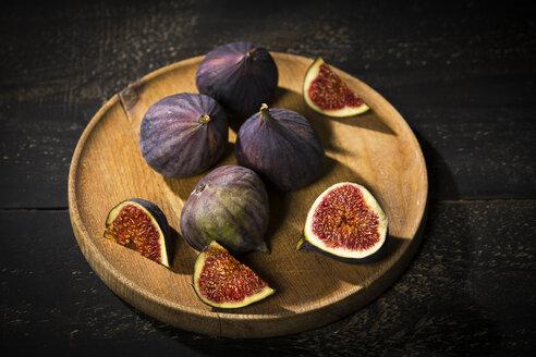 Figs on wooden plate, dark wood - MAEF12728