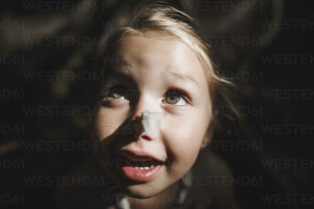 Portrait of little girl with butterfly on her nose - KMKF00464 - Katharina Mikhrin/Westend61
