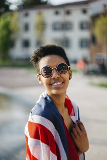 Portrait of smiling young woman with Union Jack - GIOF04276