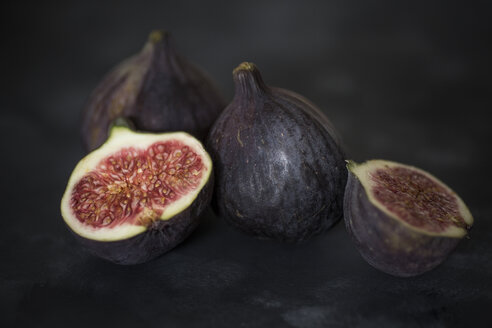 Whole and sliced figs - JES00143