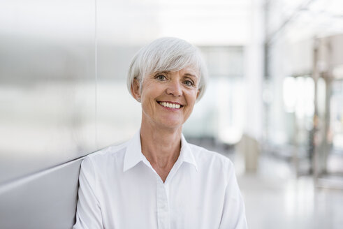 Portrait of smiling senior businesswoman - DIGF05026