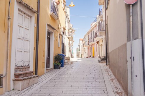 Italy, Molise, Termoli, Old town, empty alley - FLMF00025