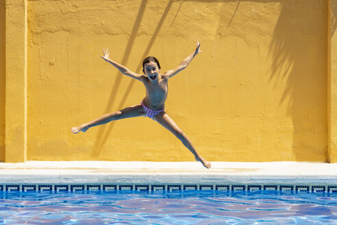 Young girl jumping in the pool - JSMF00435