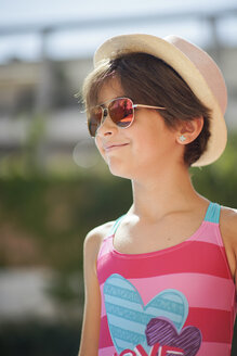 Portrait of young girl with sunglasses and sun hat, looking sideways - JSMF00438