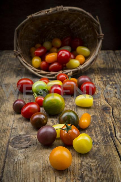 Heirloom tomatoes on wood - LVF07420