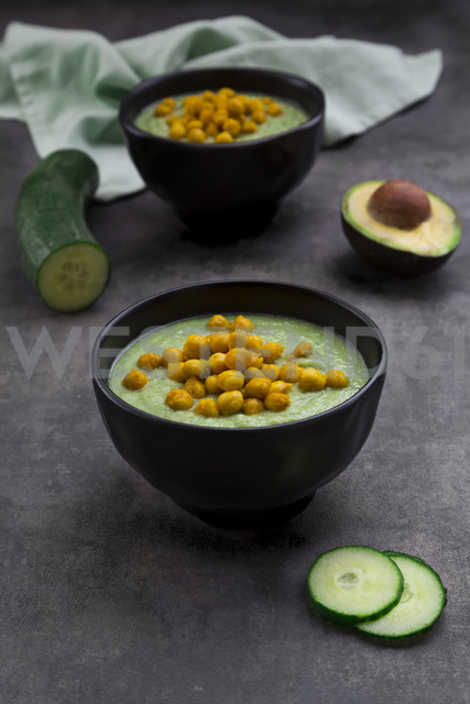 Bowl of green gazpacho with avocado and curcuma roasted chick peas - LVF07432 - Larissa Veronesi/Westend61