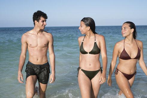 Happy friends walking in the sea - PACF00087