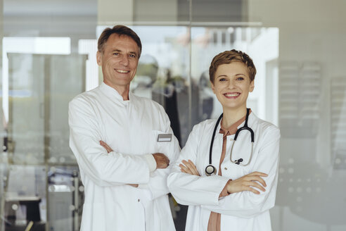 Two confident doctors standing in practice, with arms crossed - MFF04481