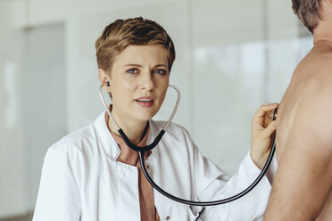 Female doctor examining patient with a stethoscope - MFF04493