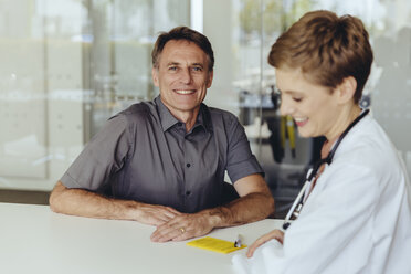 Female doctor talking to patient in practice - MFF04496