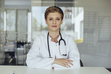 Portrait of a confident female doctor, with arms crossed - MFF04508
