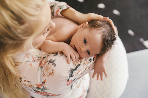 Mother holding her baby close to her shoulder - MFF04584