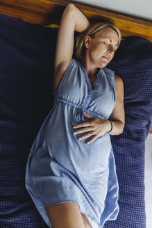Mature pregnant women napping on bed - MFF04630
