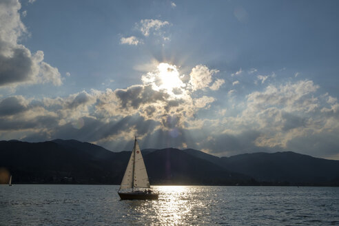 Germany, Bavaria, Upper Bavaria, Tegernsee valley, lake Tegernsee, Bad Wiessee, Sailing boat at sunset, seen from peninsula Point - LBF02037