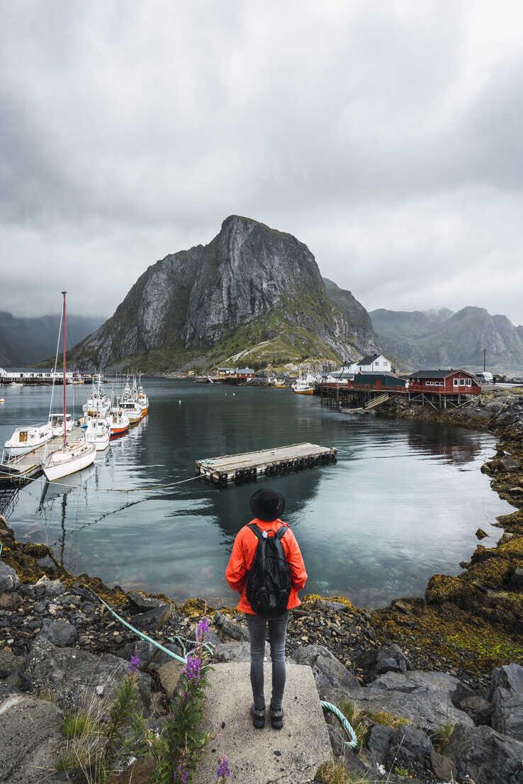 Norway, Lofoten, rear view of man standing at the coast - KKAF01861 - Kike Arnaiz/Westend61