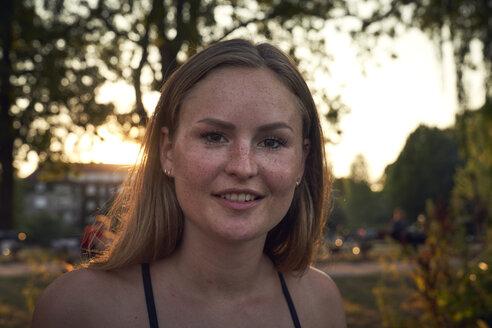 Portrait of a smiling, pretty woman in summer - SRYF00853