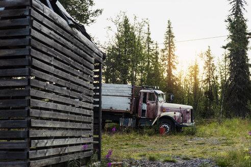 Sweden, Lapland, Run down truck in grass - KKAF01962