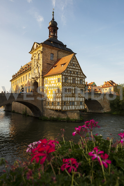 Germany, Bavaria, Upper Franconia, Bamberg, Old townhall, Obere Bruecke and Regnitz river - LHF00575