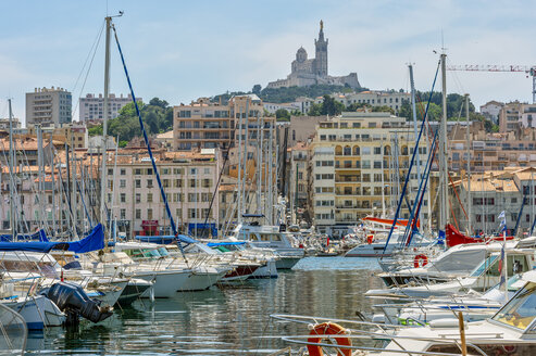 France, Provence-Alpes-Cote d'Azur, Marseille, Old Harbor and marina with Basilique Notre-Dame de la Garde - FRF00747