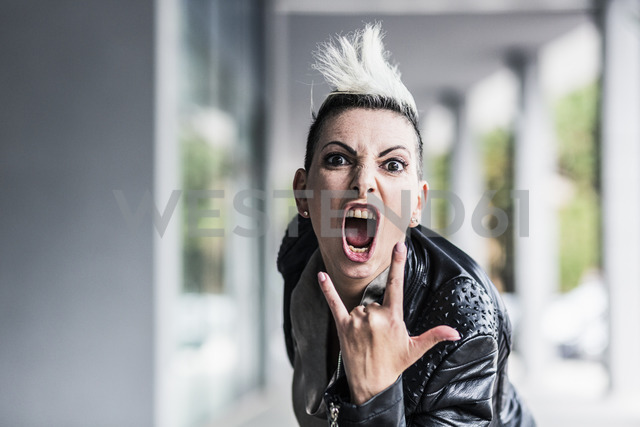 Portrait of screaming punk woman at an arcade - GIOF04417