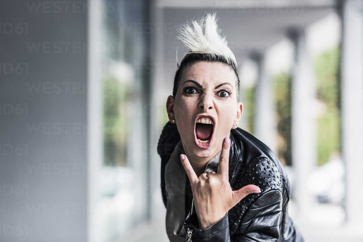 Portrait of screaming punk woman at an arcade - GIOF04417 - Giorgio Fochesato/Westend61