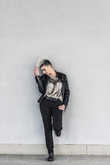 Punk woman leaning against a wall - GIOF04420