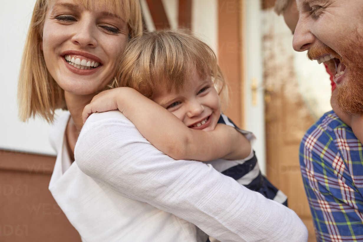 Close-up of happy family in front of their home - ZEDF01572 - Zeljko Dangubic/Westend61