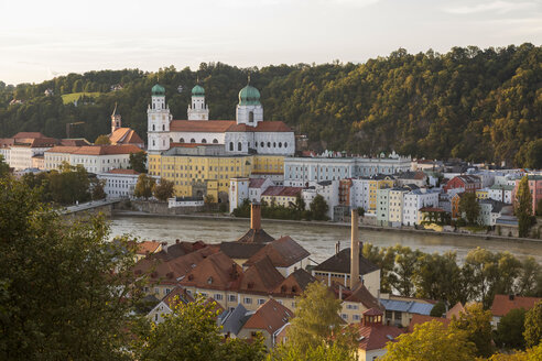 Germany, Bavaria, Passau, St. Stephen's Cathedral and Inn River - JUNF01285