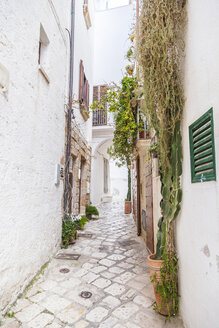Italy, Puglia, Polognano a Mare, narrow alley at historic old town - FLMF00038
