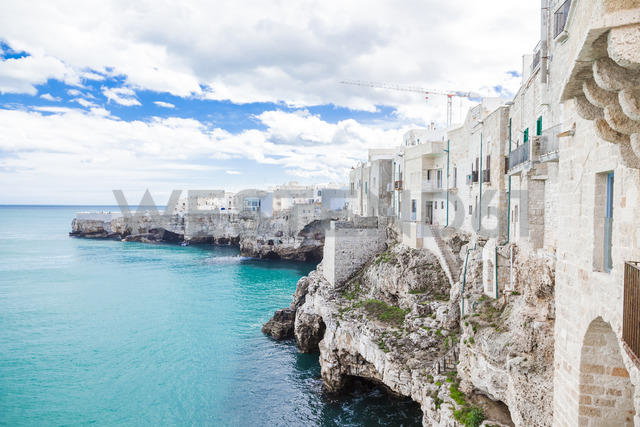 Italy, Puglia, Polognano a Mare, view of historic old town at seaside - FLMF00044 - Flavia Morlachetti/Westend61