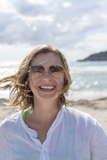 Portrait of happy woman on the beach - PSIF00074