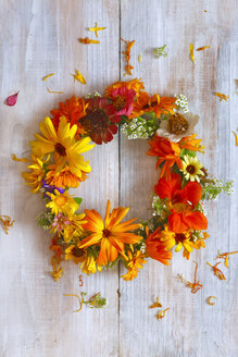 Wreath of colorful flowers on wood - JTF01081