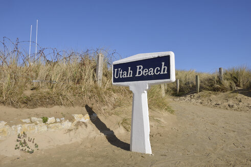 France, Lower Normandy, Manche, Sainte Marie du Mont, Utah Beach, Barbed wire fence and sign Utah Beach - RUEF01982