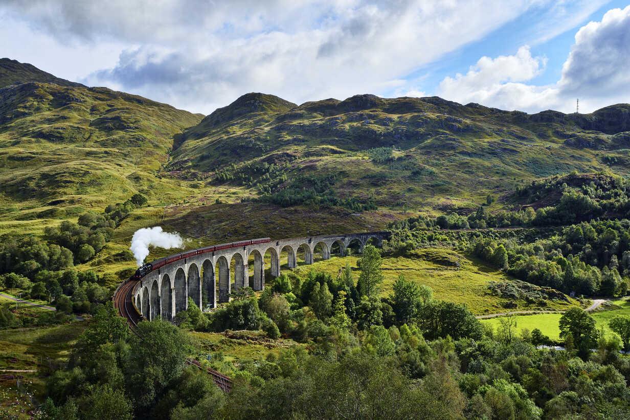 UK, Scotland, Highlands, Glenfinnan viaduct with a steam train passing over it - RUEF01997 - Martin Rügner/Westend61