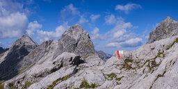 Germany, Bavaria, Allgaeu, Allgaeu Alps, Heilbronner Weg, trail marking, Rappenseekopf in the background - WGF01260