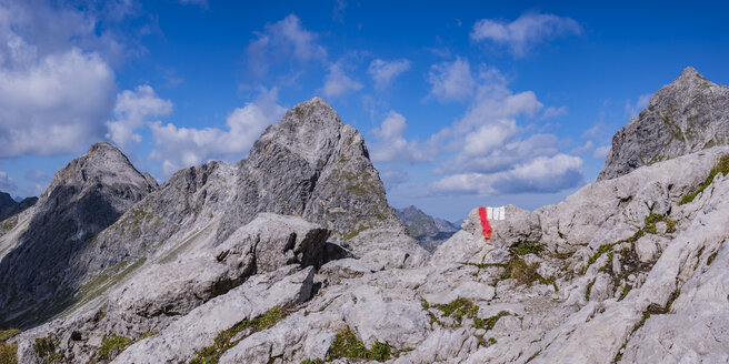 Germany, Bavaria, Allgaeu, Allgaeu Alps, Heilbronner Weg, trail marking, Rappenseekopf in the background - WGF01260
