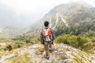 Italy, Massa, man hiking and enjoying the view in the Alpi Apuane - WPEF00869