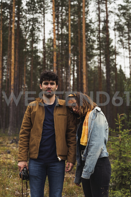 Finland, Lapland, man with camera and woman standing in rural landscape - KKAF02085 - Kike Arnaiz/Westend61