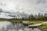 Finland, Lapland, rowing boats at the lakeside - KKAF02136