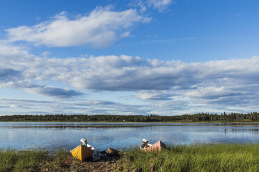 Finland, Lapland, boats moored at the lakeside - KKAF02163