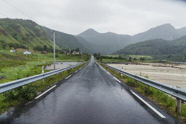 Norway, Lapland, Vesteralen Islands, Empty road - KKAF02278