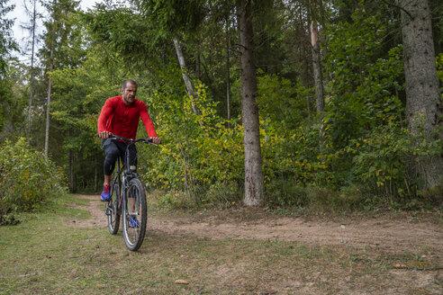 Athlete mountainbiking in the woods - KKAF02362