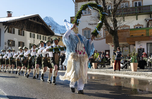 Germany, Bavaria, Mittenwald, traditional carnival procession, 'Unsinniger Donnerstag', bell stirrers - LH00592