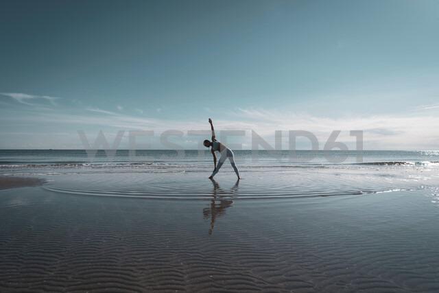 Woman practising yoga on beach - CUF44996 - Ingolf Hatz/Westend61
