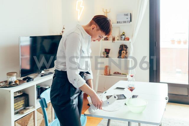 Woman assembling cake box - CUF45141 - Eugenio Marongiu/Westend61