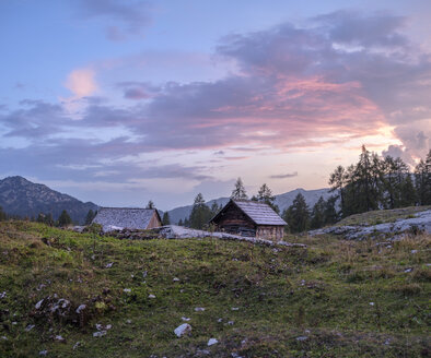 Austria, Ausseer Land, Wooden huts in the mountains - HAMF00393
