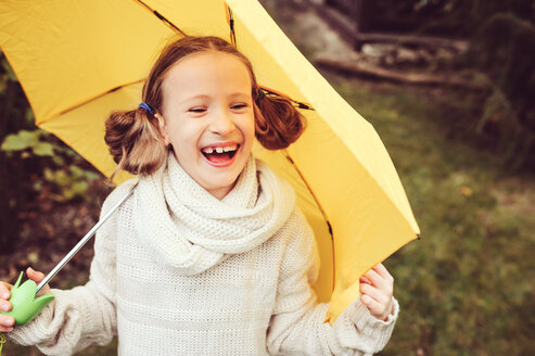 Portrait of a smiling girl holding an umbrella - INGF00042