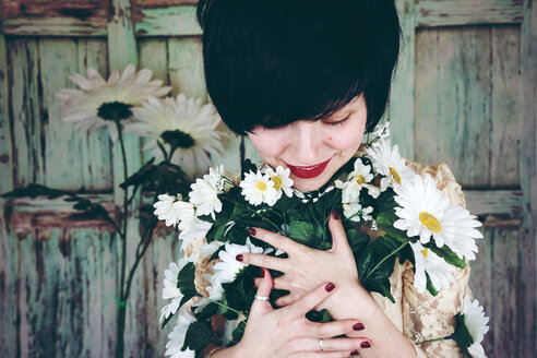 Woman holding a flower bouquet - INGF00422